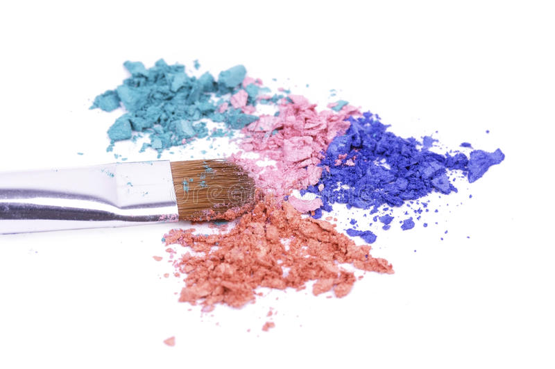 Cepillo profesional para el maquillaje en sombras machacadas fotografía de archivo