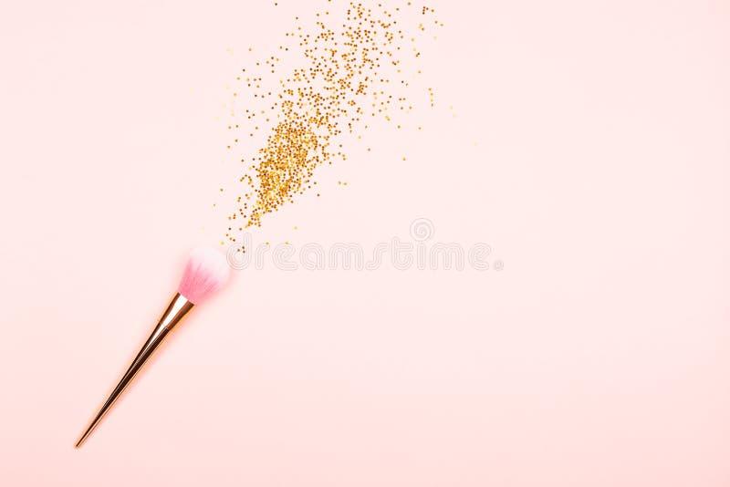 Cepillo y confeti rosados del maquillaje fotografía de archivo
