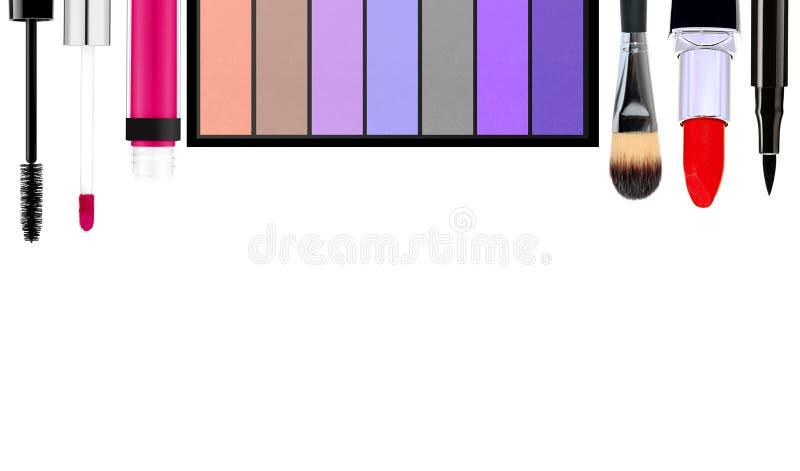 Cepillo y cosméticos del maquillaje, en un fondo blanco aislado imagen de archivo
