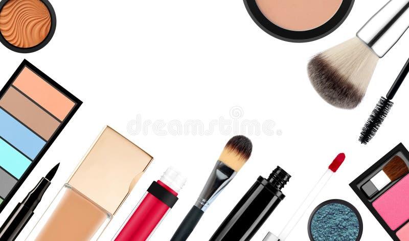 Cepillo y cosméticos del maquillaje, en un fondo blanco aislado fotos de archivo libres de regalías
