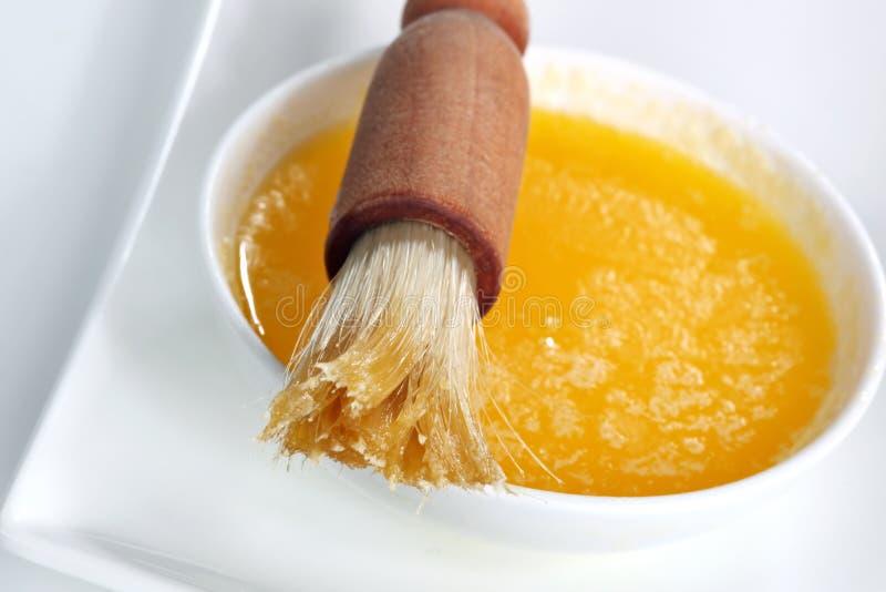 Cepillo y mantequilla de pasteles imagen de archivo