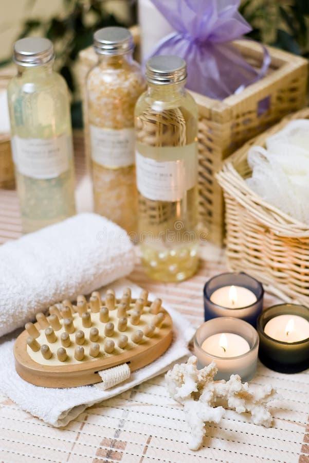 Cepillo y toalla del balneario fotografía de archivo libre de regalías