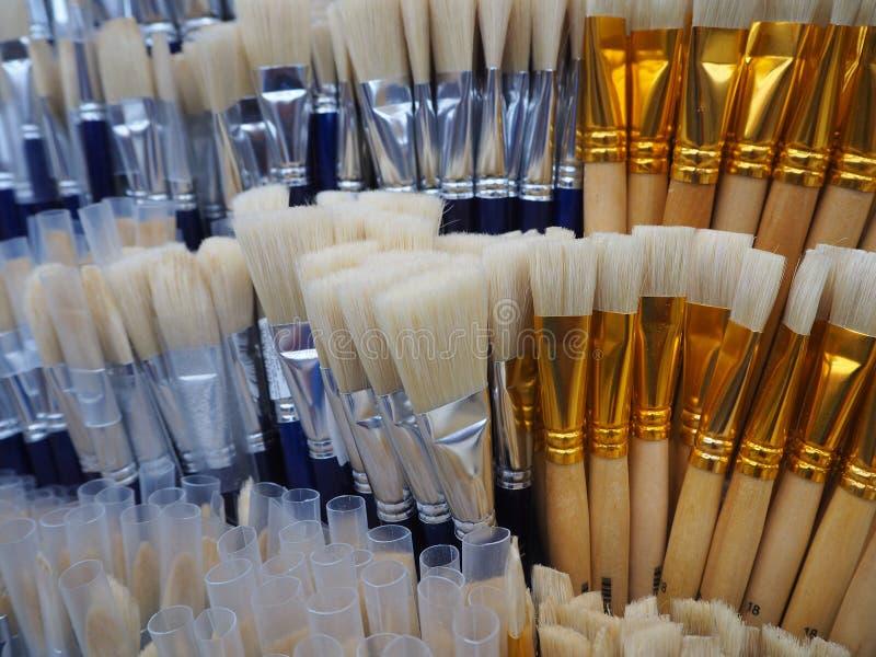 Cepillos blancos y azules para pintar en la tienda del arte imagenes de archivo