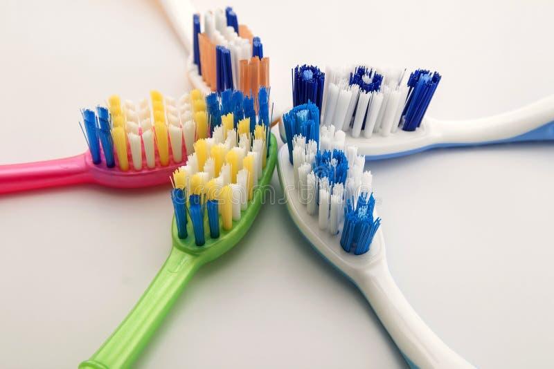 Cepillos de dientes coloridos en el fondo blanco con el espacio de la copia Macro imagen de archivo libre de regalías