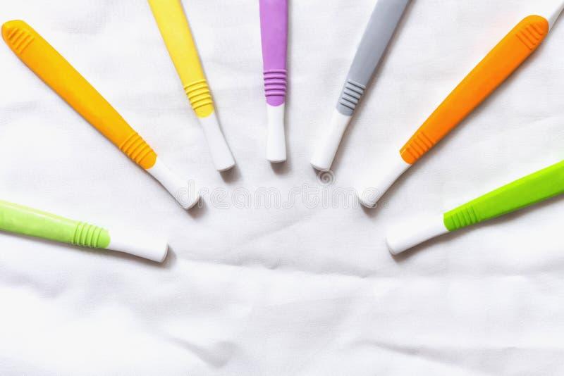Cepillos de dientes coloridos viejos en el fondo blanco imagen de archivo libre de regalías