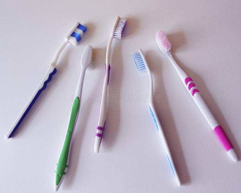 Cepillos de dientes usados en el fondo blanco fotografía de archivo