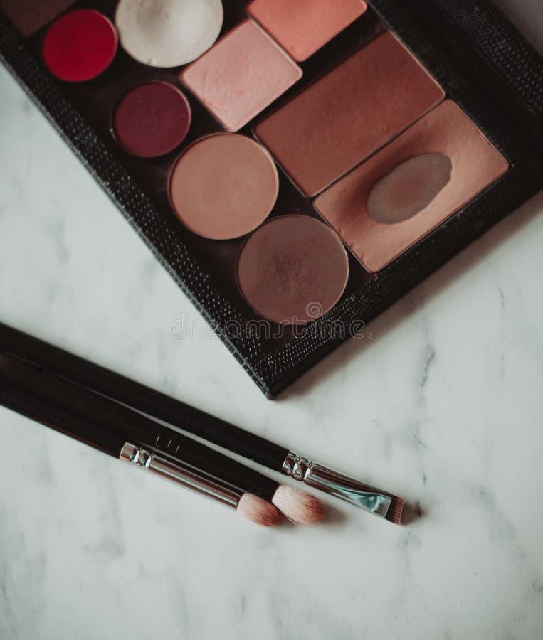 Cepillos de la paleta y del maquillaje del sombreador de ojos foto de archivo libre de regalías