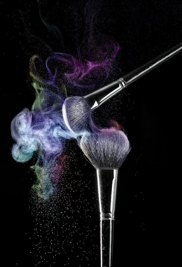 Cepillos del maquillaje con el polvo imagen de archivo libre de regalías