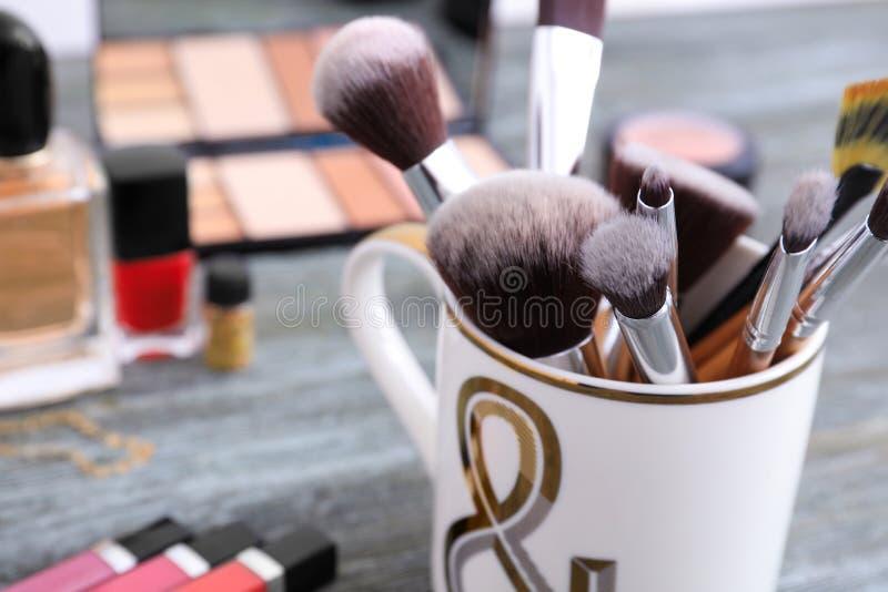 Cepillos del maquillaje en la tabla, primer fotos de archivo libres de regalías