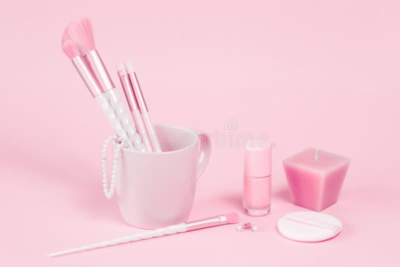 Cepillos del maquillaje del unicornio de la belleza con el regalo rosado imagen de archivo libre de regalías