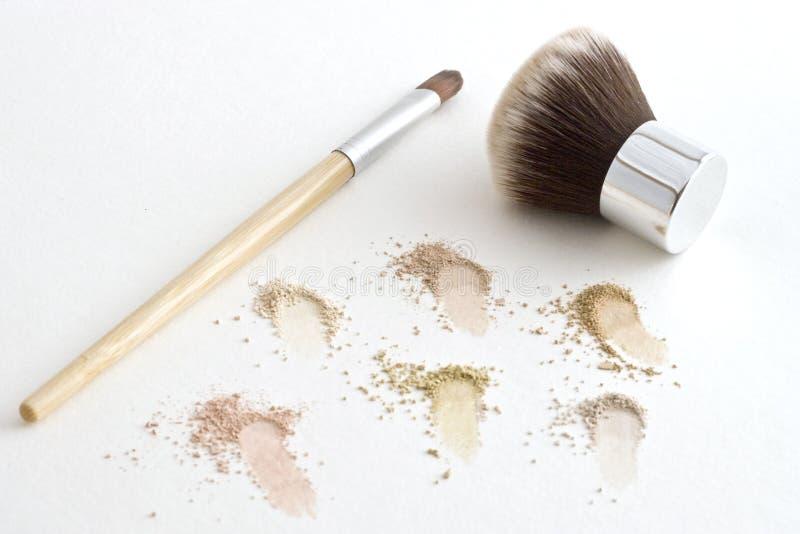 Cepillos del maquillaje y polvo mineral imagenes de archivo