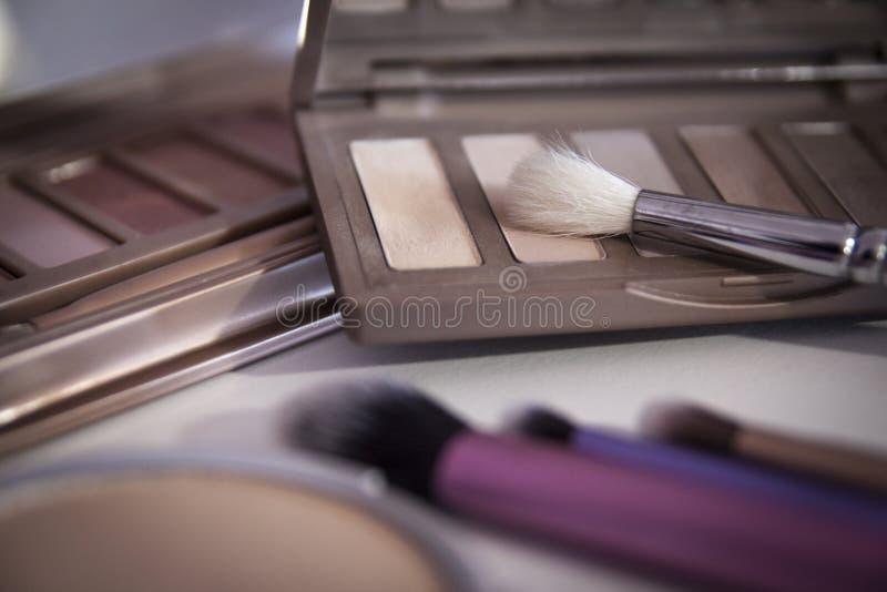 Cepillos del maquillaje y sombras de ojo del maquillaje foto de archivo