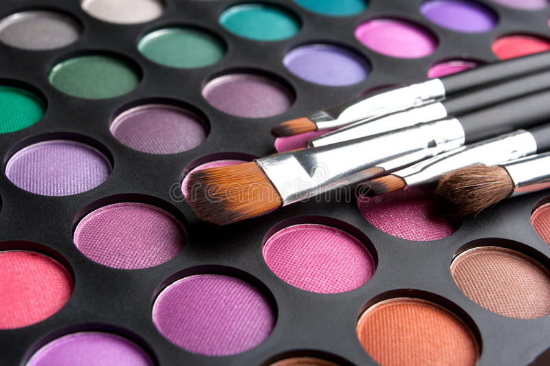 Cepillos y sombras del maquillaje fotos de archivo libres de regalías