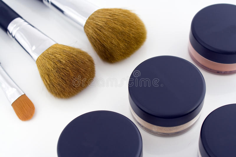 Cepillos del maquillaje y tarros del polvo imagen de archivo libre de regalías