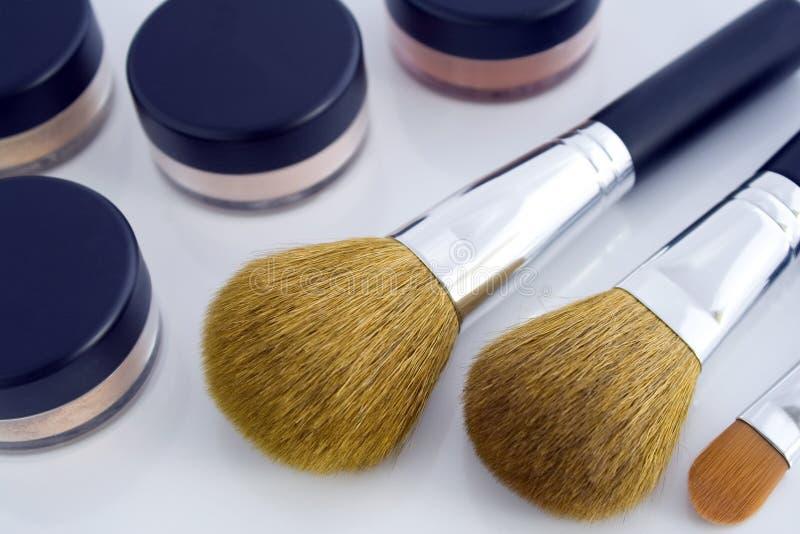 Cepillos del maquillaje y tarros del polvo foto de archivo libre de regalías