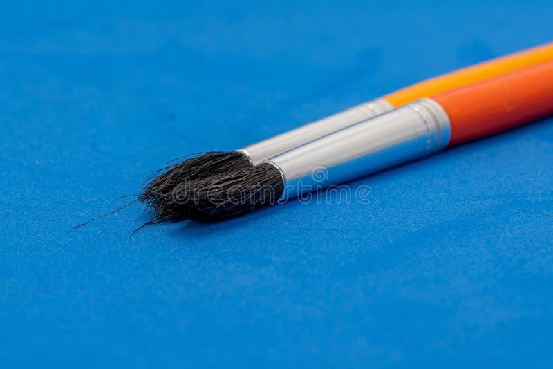 cepillos para la decoración y el trabajo en la escuela imagenes de archivo