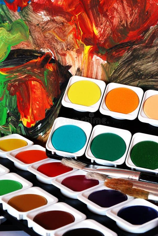 Cepillos y colores imagen de archivo