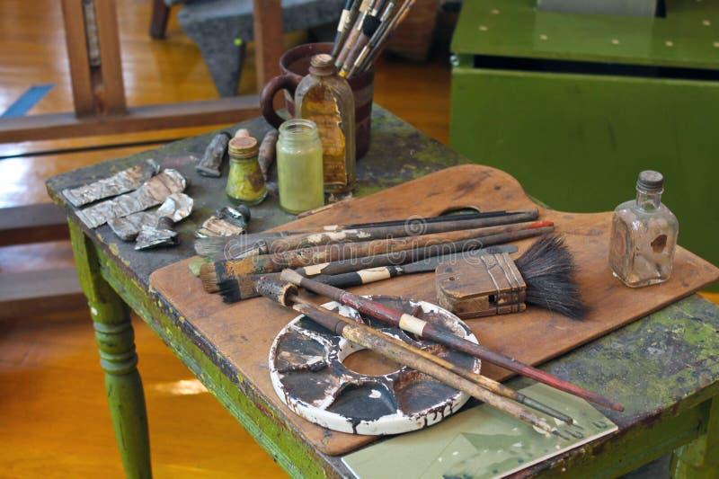 Cepillos y pinturas del artista que se colocan adentro allí foto de archivo