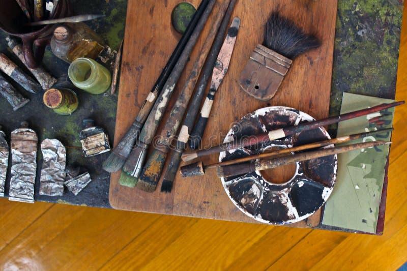 Cepillos y pinturas del artista que se colocan adentro allí foto de archivo libre de regalías