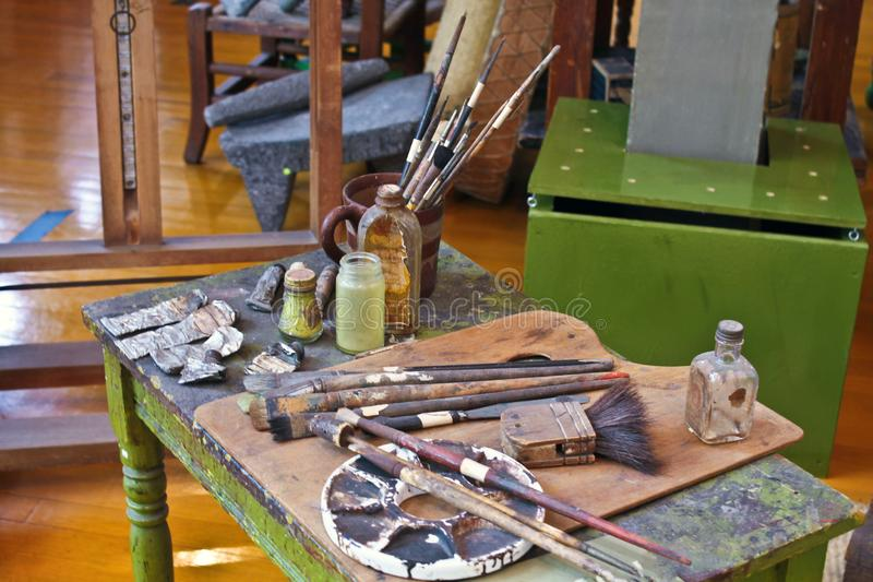 Cepillos y pinturas del artista que se colocan adentro allí fotografía de archivo libre de regalías