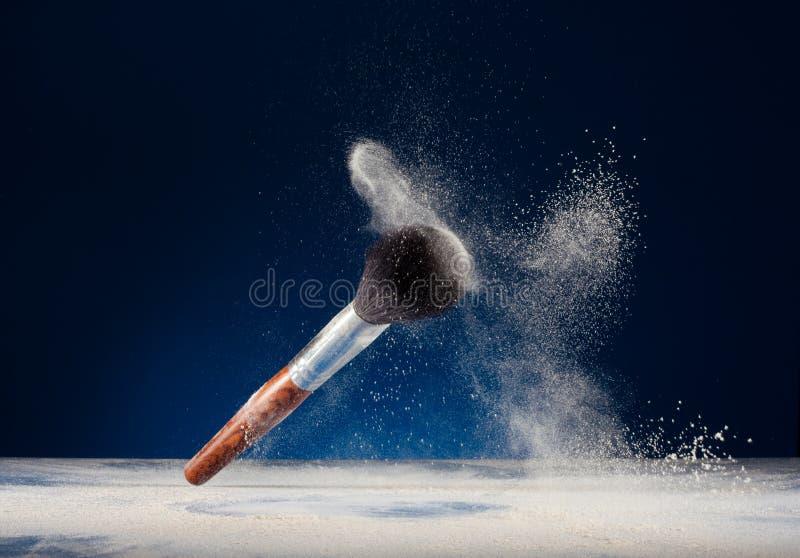 Cepillos y polvo del maquillaje imagen de archivo libre de regalías