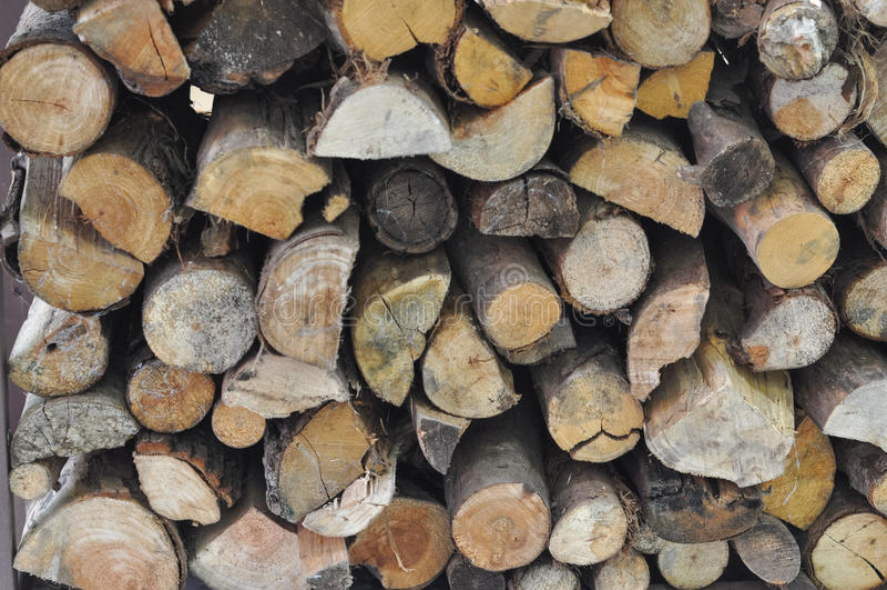 Ceppi di legno per il riscaldamento e la cottura del fuoco fotografie stock