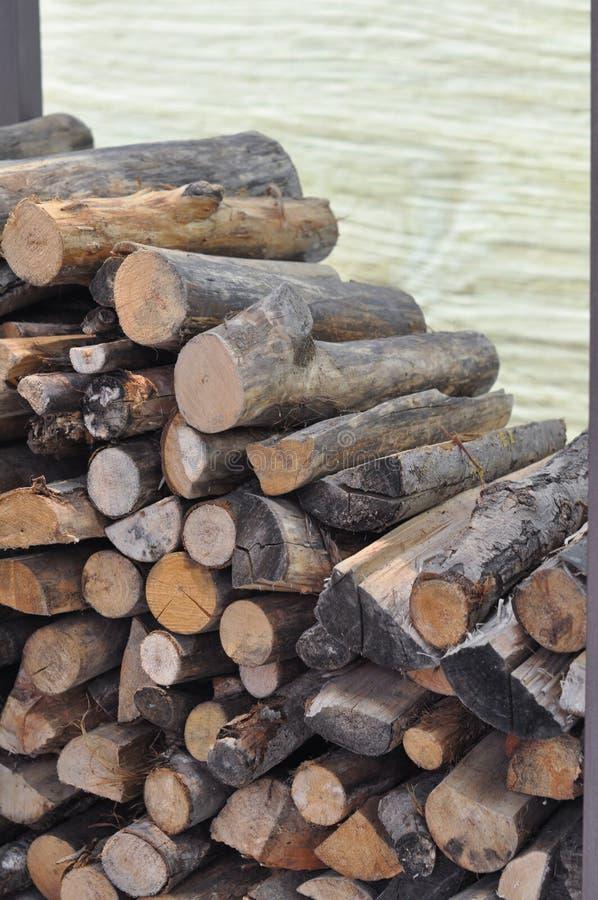 Ceppi di legno per il riscaldamento e la cottura del fuoco fotografia stock