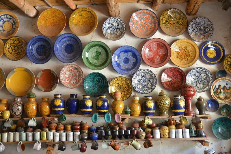 Cerámica colorida para la venta en el Medina de Marrakesh, Marruecos fotografía de archivo