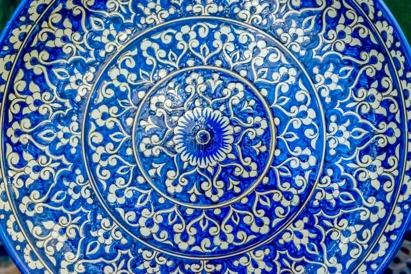 Cerámica con los modelos azules del Uzbek imagenes de archivo