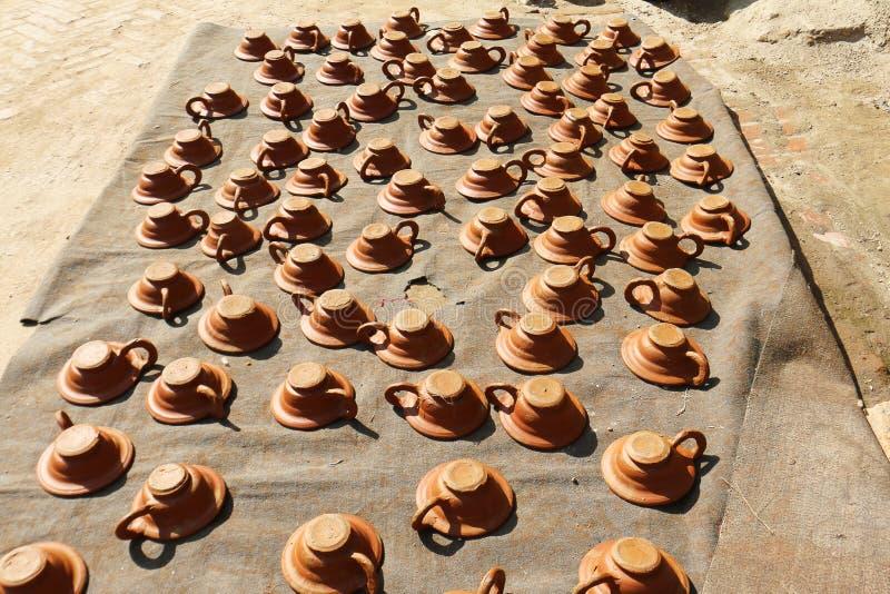 Cerámica de sequía de la lámpara de la mantequilla en cuadrado de la cerámica de Bhaktapur imagen de archivo libre de regalías