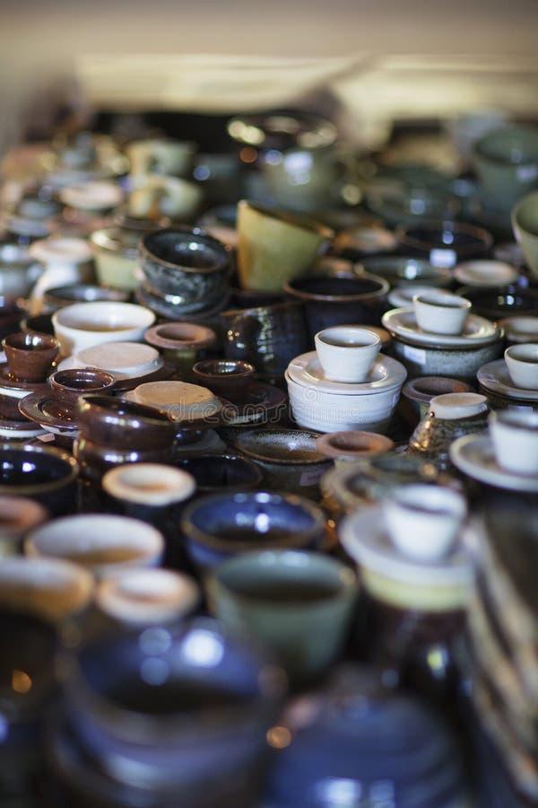 Cerámica hecha a mano exhibida en agrupar fotografía de archivo libre de regalías