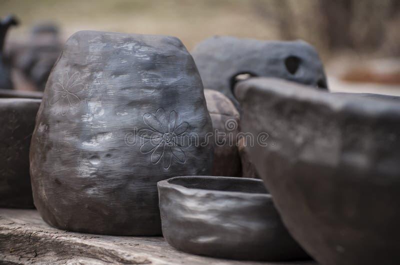 Cerámica negra hecha a mano única de la arcilla foto de archivo