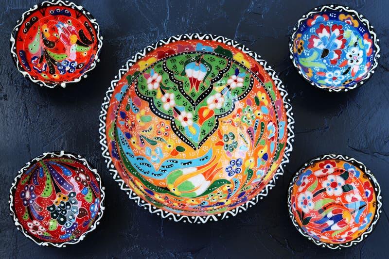 Cerámica turca tradicional en un fondo oscuro, visión superior imagen de archivo libre de regalías