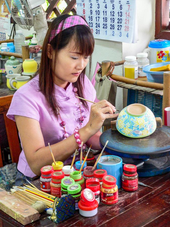 Cerâmica de pintura da mão da mulher imagem de stock royalty free