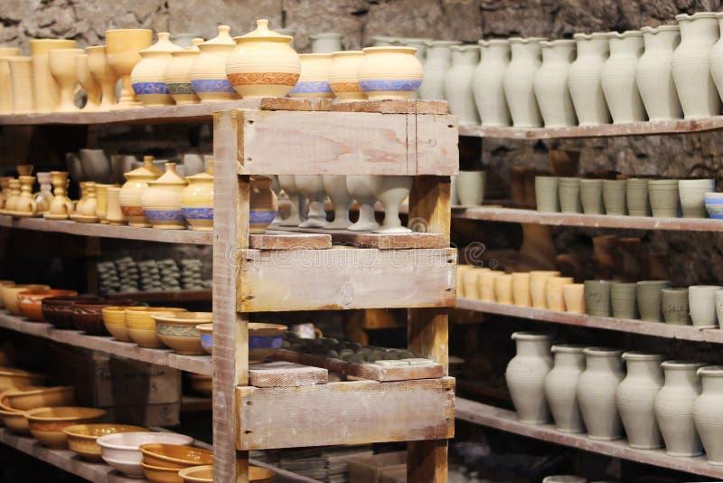 Cerâmica feito a mão em prateleiras imagem de stock