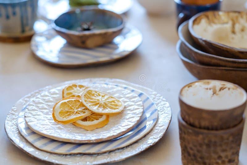 A cerâmica handcraft a variedade da caneca da placa da argila do passatempo foto de stock
