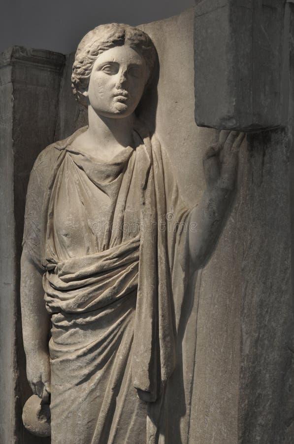 Cerâmica levando do hydria da mulher com água fotografia de stock royalty free
