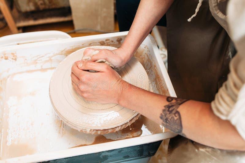 Cerâmica que faz as mãos da opinião superior do artista foto de stock royalty free