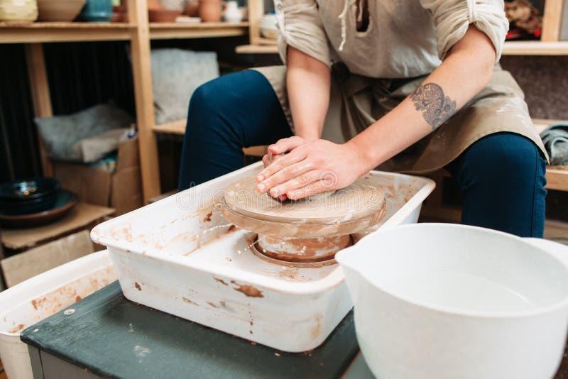 Cerâmica que faz a processo da terapia da arte a vista dianteira foto de stock