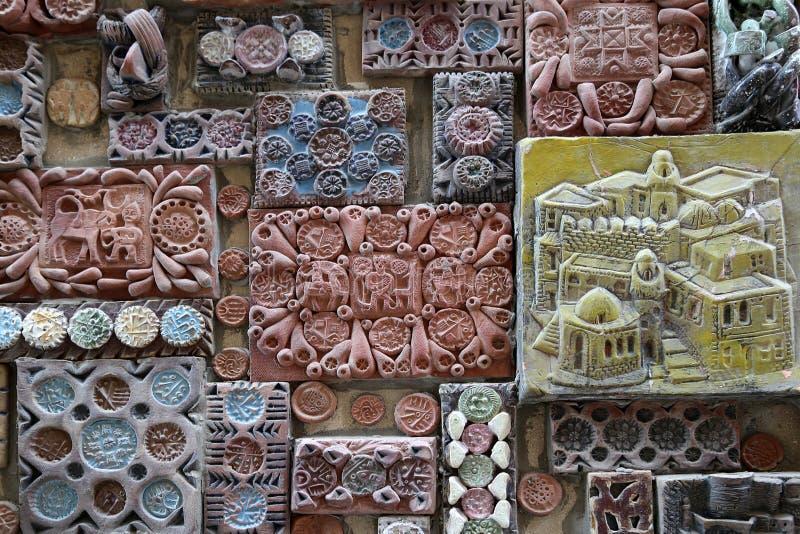 Cerâmica, que são alinhadas com as paredes exteriores da construção do museu-estúdio do artista imagens de stock