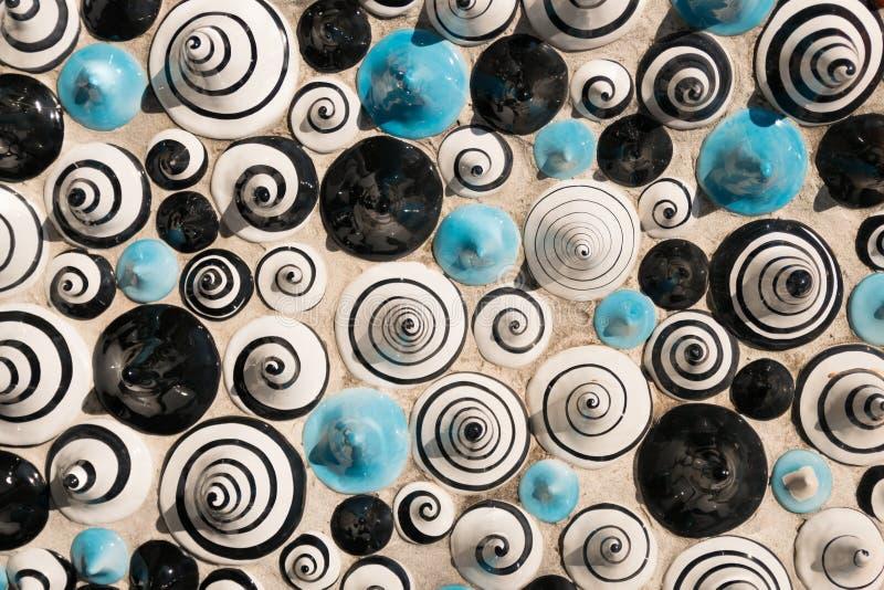 Cerâmico na forma dos cones pintados com figuras das espirais fotografia de stock