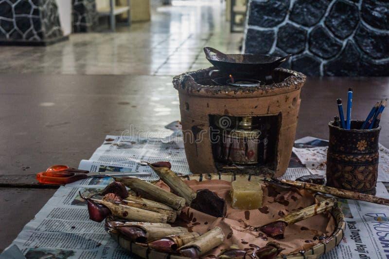 A cera chanfrando, quente no fogo e corrige para o batik que processa ferramentas Pekalongan recolhido foto Indonésia fotos de stock royalty free