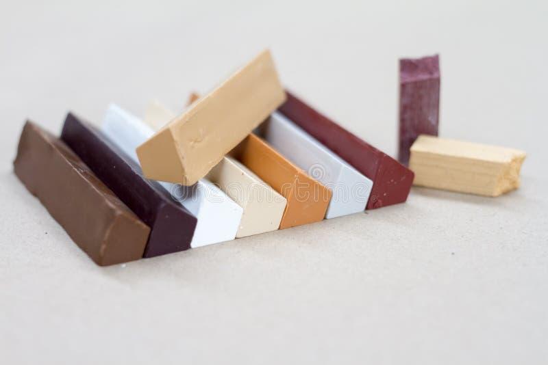 Cera colorata per ripristino della mobilia Riparazione di mobilia immagine stock