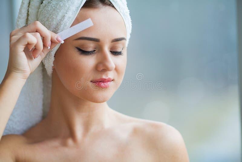 Cera da remoção do cabelo Corpo de Sugar Hair Removal From Woman Cera Epilat fotografia de stock