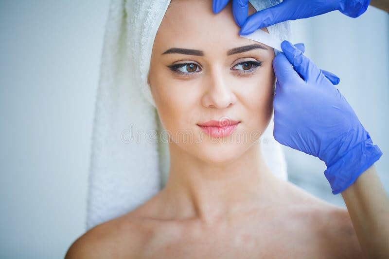 Cera da remoção do cabelo Corpo de Sugar Hair Removal From Woman Cera Epilat foto de stock