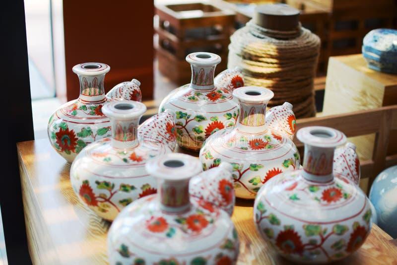 Ceramica floreale del modello (oggetto d'antiquariato) sopra la tavola fotografie stock libere da diritti
