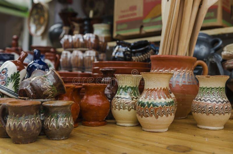 Cucchiai decorati tradizionali in un mercato fatto a mano for Case in legno rumene
