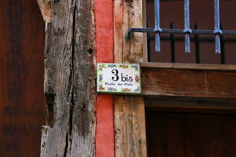 Ceramiczna domowa liczba i uliczny imię talerz, Troyes, Francja obraz stock