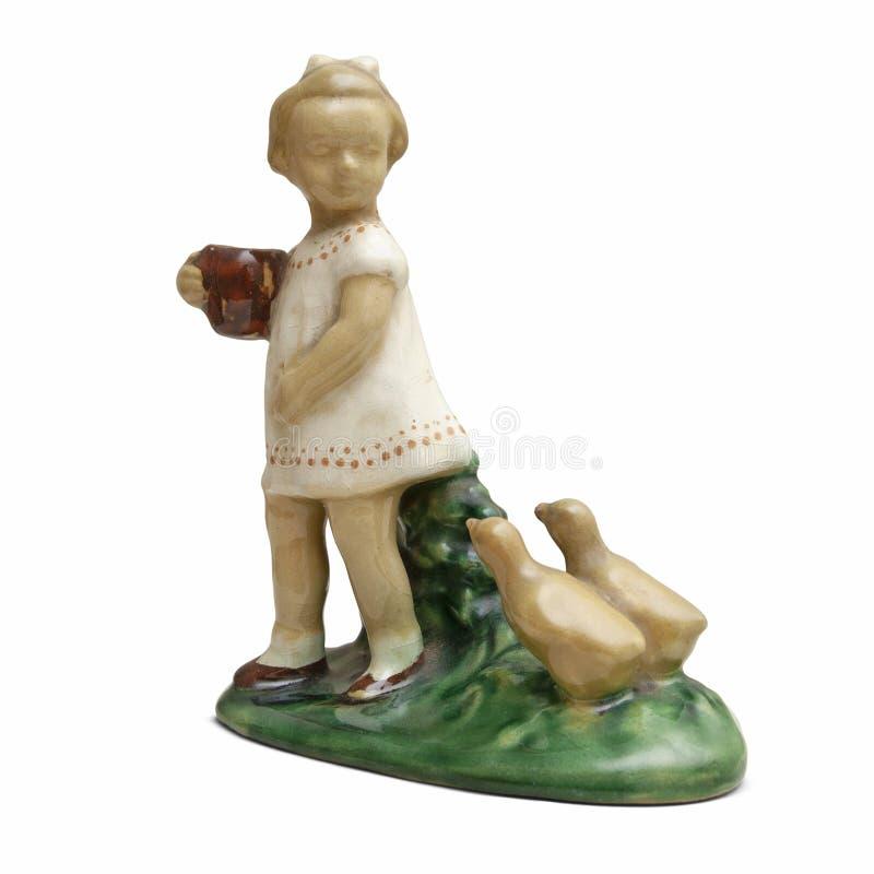 Ceramiczna dziewczyna z kaczątkami rzeźbi na białym tle zdjęcia stock
