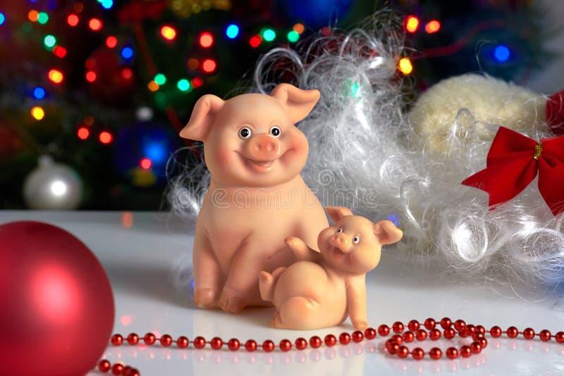 Ceramiczne świnie na tle choinki i bożych narodzeń zabawki fotografia royalty free
